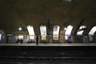 Supraviețuire miraculoasă a unei familii care a ajuns pe șinele de metrou. Cum s-a petrecut totul