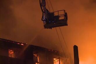 Blocul care a ars în sectorul 5 avea o singură cale de evacuare. Pompierii nu au avut nici presiune la apă