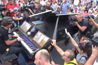 Moment inedit în fața Guvernului. Un artist celebru și-a adus pianul în Piața Victoriei. VIDEO