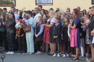 """Protest în prima zi de școală, la Arad: """"Ne simţim profund umiliţi şi necăjiţi"""""""