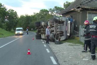 O familie din Dâmboviţa s-a trezit cu un camion cu ciment în sufragerie.