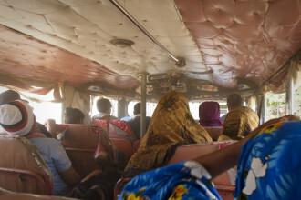 45 de persoane au murit, după ce un autobuz a căzut într-o prăpastie în India