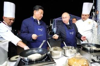 Vladimir Putin, la cratiță. Liderul rus a gătit clătite la întâlnirea cu Xi Jinping. VIDEO