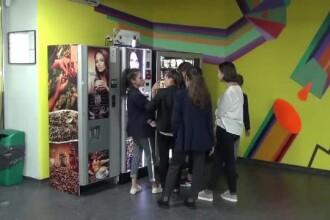 """Dulciuri și chipsuri în chioșcurile de lângă școli, deși e interzis. """"Nu vrea sandviș că o fac de ruşine"""""""