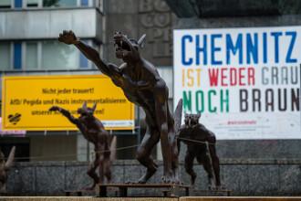 Lupi fioroși executând salutul lui Hitler. Orașul unde au apărut statuile și ce reprezintă