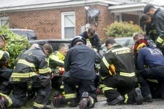 Uraganul Florence a provocat 5 decese. Imaginea unor pompieri care se roagă în genunchi
