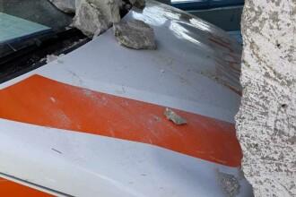 O ambulanță a intrat într-o clădire, după ce șoferul a evitat un TIR