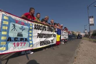 Cascadorii pensionați au protestat în fața Parlamentului: