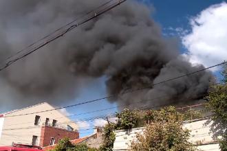 Incendiu într-un cartier de la malul mării. Pompierii au rămas fără apă în timpul intervenției