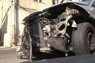 Un tânăr beat a furat maşina vecinei şi a produs 2 accidente. Ce făcea când l-au prins poliţiştii