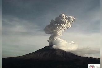 """Alertă în Mexic după ce vulcanul Popocatepetl a început să """"scuipe"""" nori de cenuşă şi fum"""