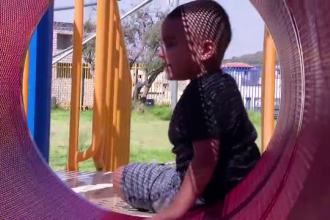 Un copil a început să vorbească din senin în engleză. Specialiștii nu au nicio explicație
