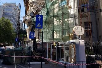 Muncitori care renovau faţada unei clădiri din Capitală, salvați de pompieri după ce schela s-a prăbuşit