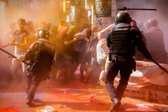 Protest violent în Barcelona. Manifestanții au împroșcat polițiștii cu pudră colorată