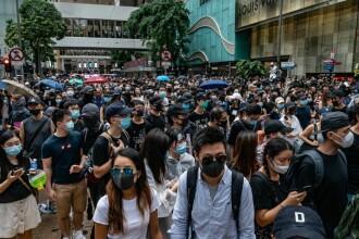 Aeroportul din Hong Kong a fost blocat. Mai mulți protestatari, bătuți la metrou