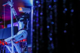 Roboţi care dansează la bară, într-un club de striptease din Franţa. Ce spun dansatoarele
