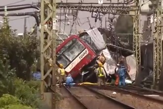 Coliziune între un tren și un TIR la Tokyo. Sunt zeci de victime. VIDEO