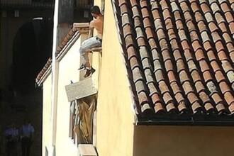 Un român a încercat să scape de carabinieri cățărându-se pe acoperișuri. De ce era acuzat