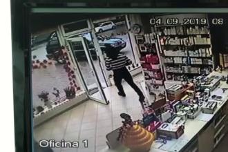 Momentul în care un bărbat fură cutia cu donații dintr-o farmacie. Cum a fost prins