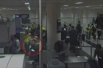 Momentul în care o femeie încerca să se urce în avion cu un bebeluș ascuns în bagaj. VIDEO