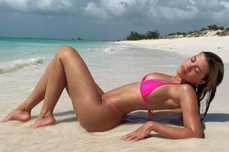 Vedetele, fotografiate în aceeași poziție pe plajă. Trendul lansat de surorile Kardashian