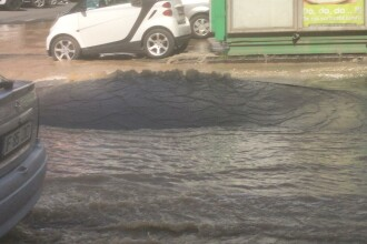 Bulevard inundat, aproape de centrul Capitalei. Asfaltul a început să se ridice