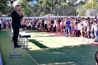 Florentin Pandele, nou discurs cocoțat pe un scaun, în fața elevilor
