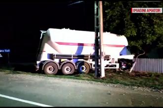 Femeie în stare gravă după ce a intrat cu mașina într-o betonieră. Alte două, rănite