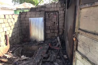 Pensionari rămași pe drumuri, după ce un incendiu le-a mistuit casa. Femeia e paralizată