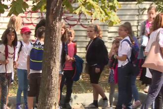 """Elevii unei școli """"șantier"""" din Capitală, trimiși în parc pentru lecții"""
