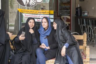Gestul șocant făcut de o tânără din Iran, după ce a fost prinsă costumată în bărbat