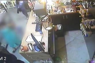 Un bărbat și o femeie din Iași filmați în timp ce furau un telefon mobil într-un magazin