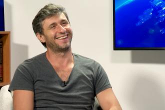 """Interviu cu Dragoș Bucur. """"M-aș muta într-o țară ca Olanda. Românii nu prea zâmbesc"""""""