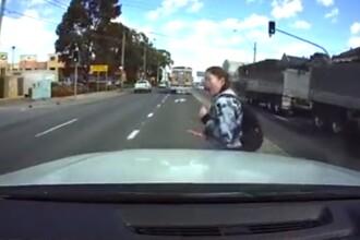 Momentul în care o mașină dă peste o fată care traversează cu ochii în telefon