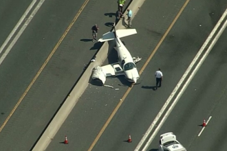 Accident neobișnuit pe autostradă. Momentul în care un avion se ciocnește cu o mașină