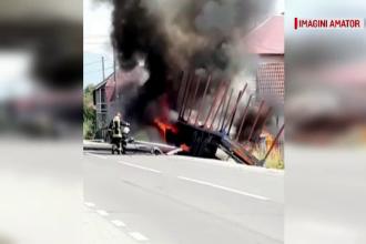 Camion cuprins de flăcări după ce s-a izbit de o mașină pe DN17