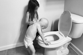 Fotografii sfâșietoare cu un copil bolnav de cancer, alinat de sora lui, în timp ce vomită