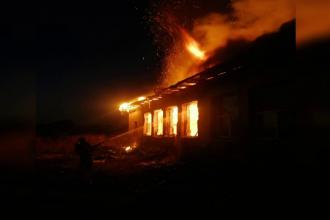 Incendiu la o școală dezafectată din Argeș. Pompierii s-au luptat 2 ore cu flăcările