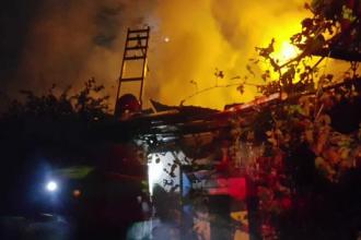 Panică în Brașov, după ce un incendiu a distrus o casă. Focul amenința să se extindă