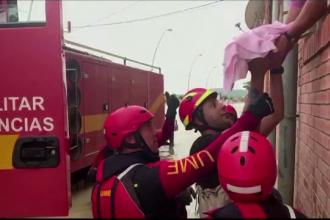 Salvare spectaculoasă a unui bebeluș dintr-o casă inundată, în Spania