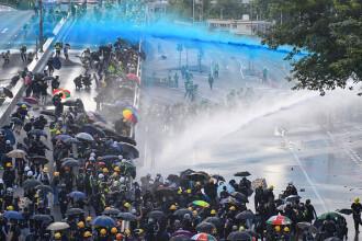 Noi proteste violente în Hong Kong: Poliţia a folosit tunuri cu apă şi gaze lacrimogene