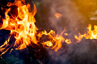 O tânără de 24 ani din Bistrița și-a dat foc în miez de noapte. De ce a recurs la acest gest
