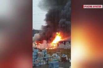 Incendiu puternic într-o hală din Cluj. Pompierii s-au luptat mai bine de 2 ore cu flăcările