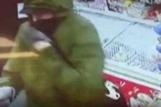 Un hoț înarmat a fost pus pe fugă de o fetiță de 11 ani. VIDEO