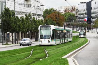 Momentul în care un biciclist din Franța vandalizează un tramvai. Ce l-a enervat