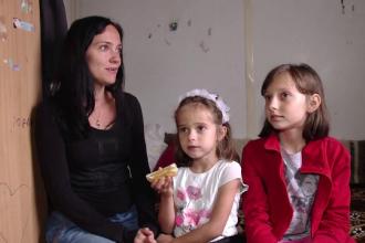 Gestul incredibil făcut de doi tineri pentru o mamă şi cele două fetiţe care trăiesc într-un container