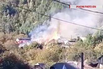 """Incendiu de amploare într-o localitate din Neamț: """"Am auzit bubuind. Am văzut fum şi flăcări"""""""