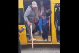 Bărbat filmat cu toporul în mână într-un microbuz școlar, în Bistriţa