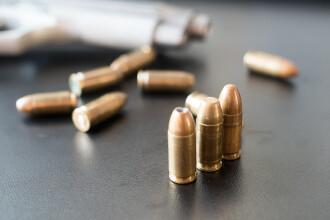 Un renumit producător de arme suspendă fabricarea puștilor pentru civili în SUA