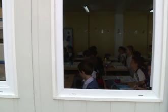 Ore în containere la şcolile cu prea mulţi elevi cu